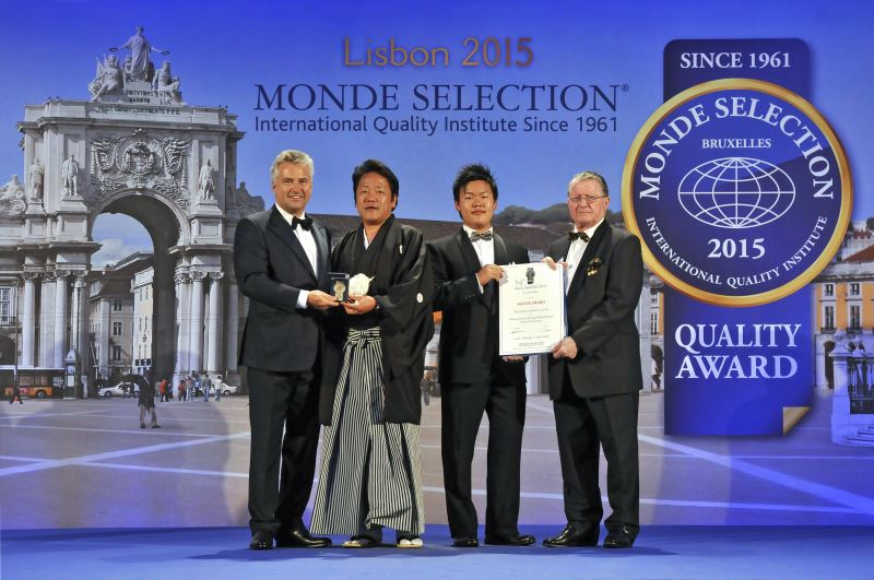 Receiving the Monde Selection medal from the Chairman and the certificate from the Vice Chairman.Taking our official commemorative photograph in front of the world.